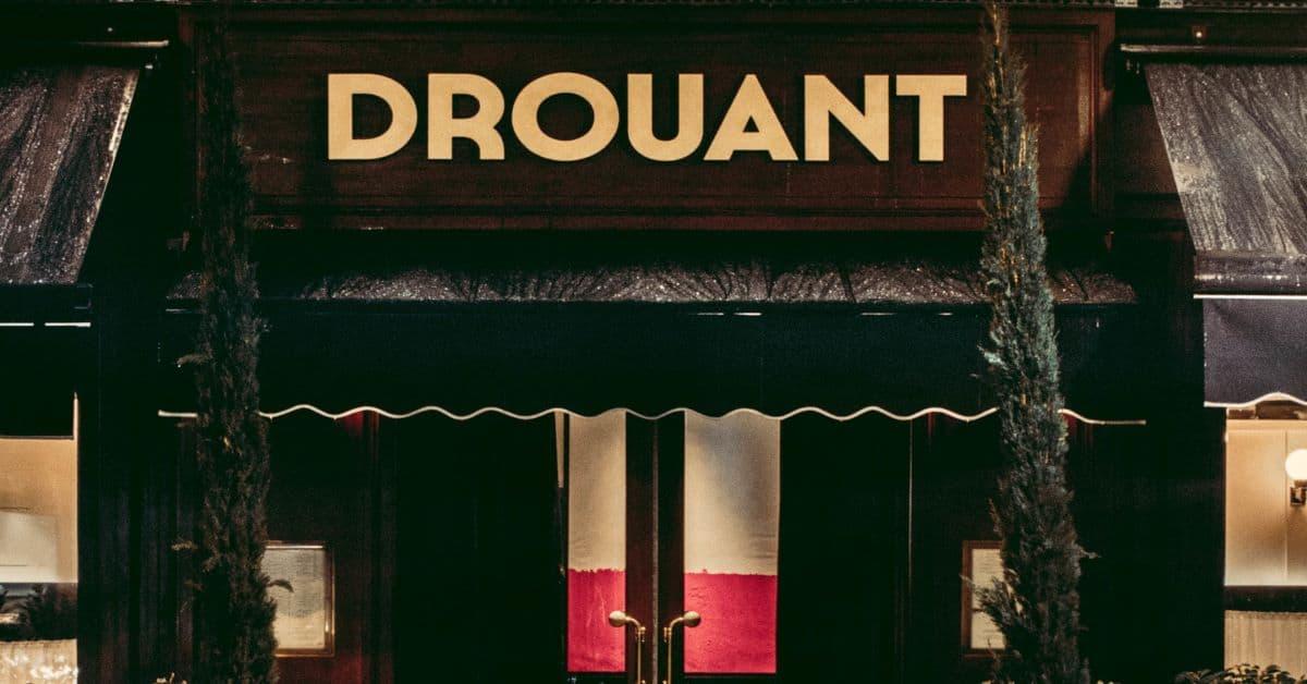 Parigi, il famoso ristorante Drouant riapre le sue porte. qui rappresentata l'insegna all'ingresso istorante a Parigi Drouant